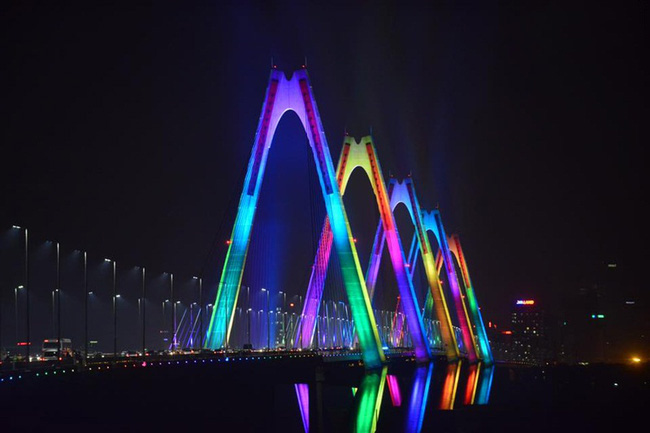 Cầu Nhật Tân rực sáng với hệ thống đèn chiếu sáng