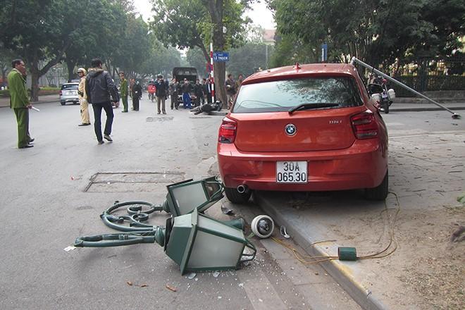 Xe BMW húc đổ cột đèn chiếu sáng, một người bị thương